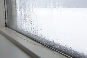 Beschlagene Scheiben sind ein erstes Anzeichen für eine zu hohe Luftfeuchte im Schlafzimmer