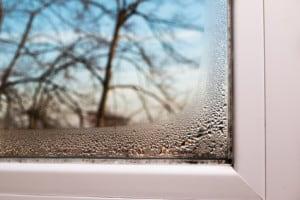 beschlagene Fenster im Schlafzimmer
