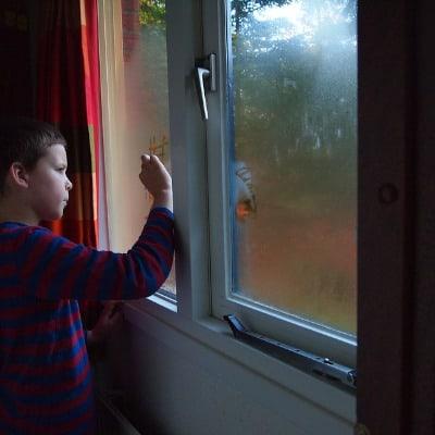 Beschlagene Scheiben laden Kinderfinger zum malen ein, aber sind ein ernsthaften Zeichen für zu hohe Luftfeuchtigkeit und drohenden Schimmel in der Wohnung oder dem Haus. Miniluftentfeuchter schaffen Abhilfe.